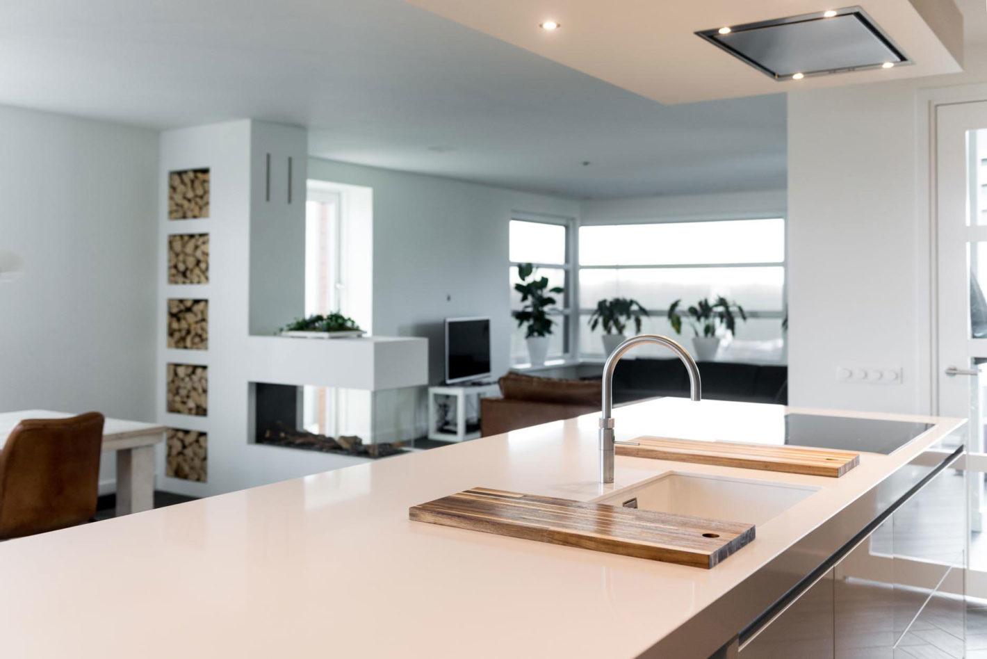 Een strakke moderne woonkeuken in Eilanden-Oost