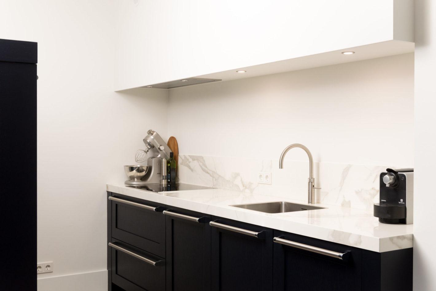 Moderne keuken met inductie kookplaat