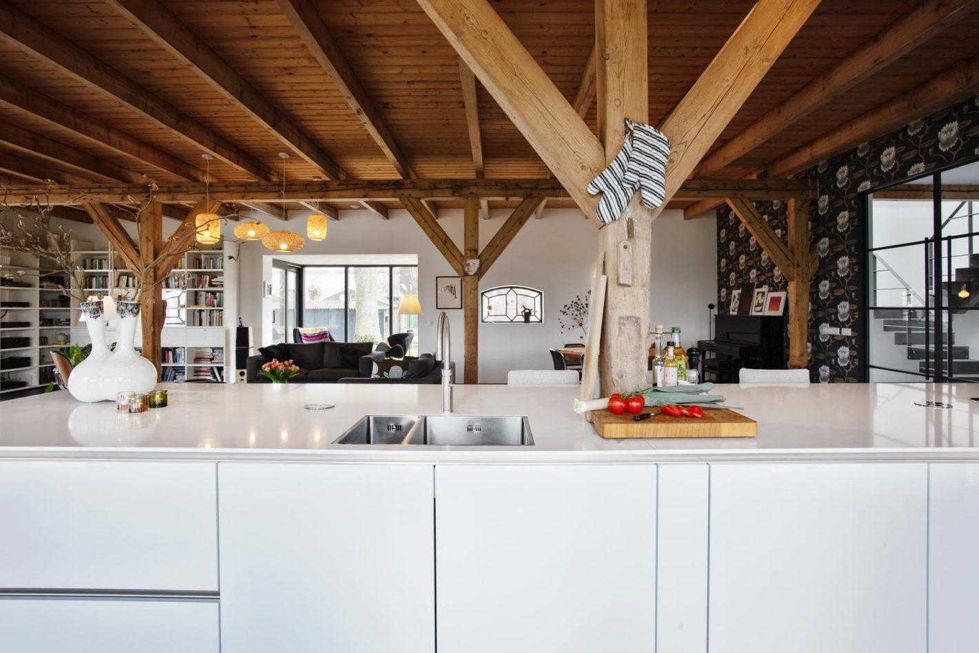 Moderne witte keuken – Verbouwde boerderij