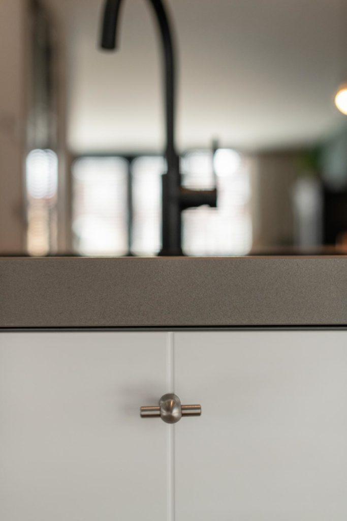 Moderne keuken met een kookeiland