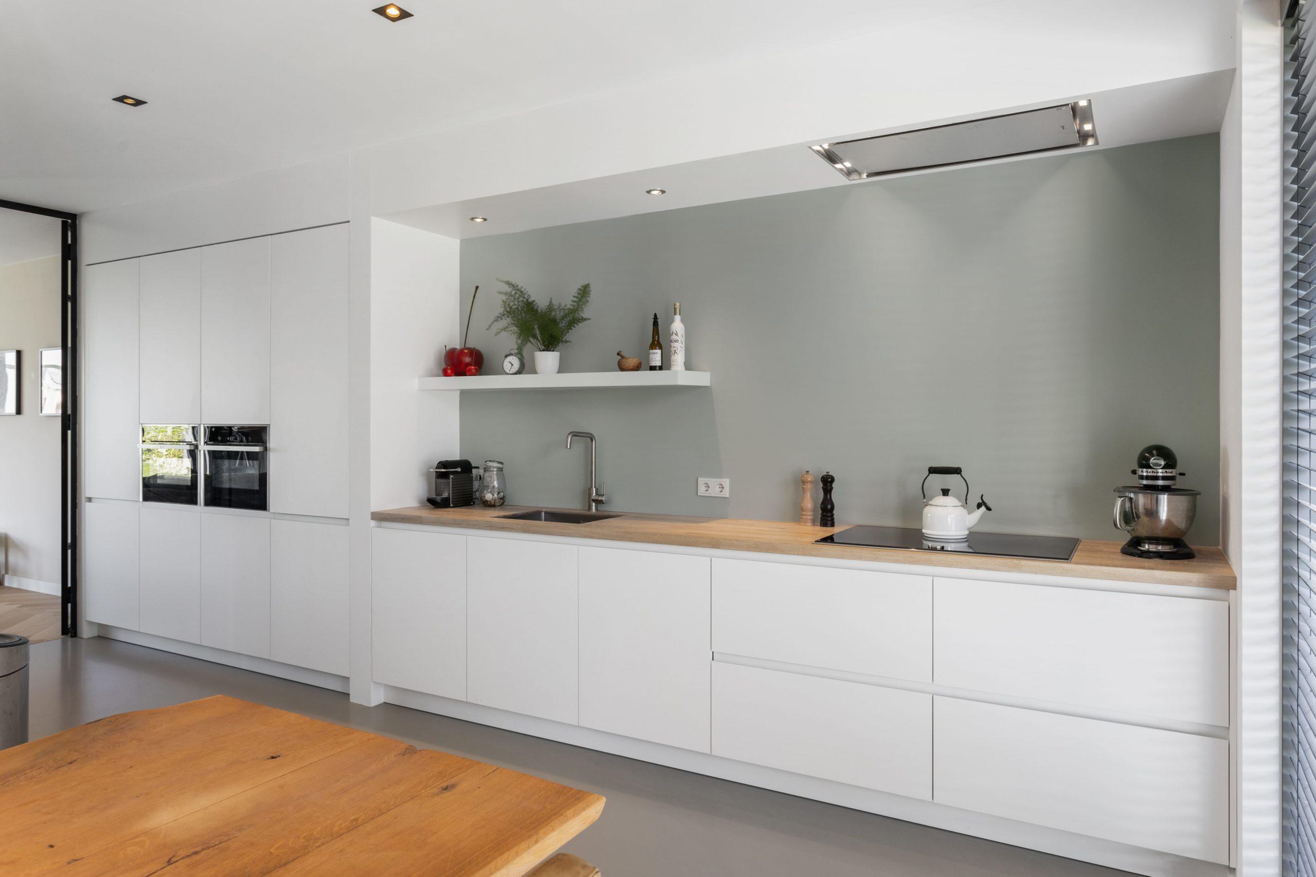 Moderne keuken met eiken aanrechtblad