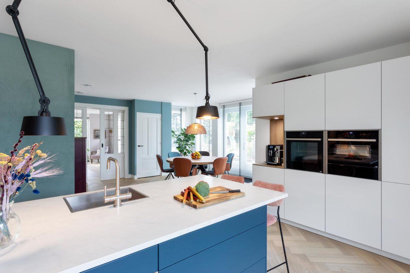 Leefkeuken met speelse kleuraccenten