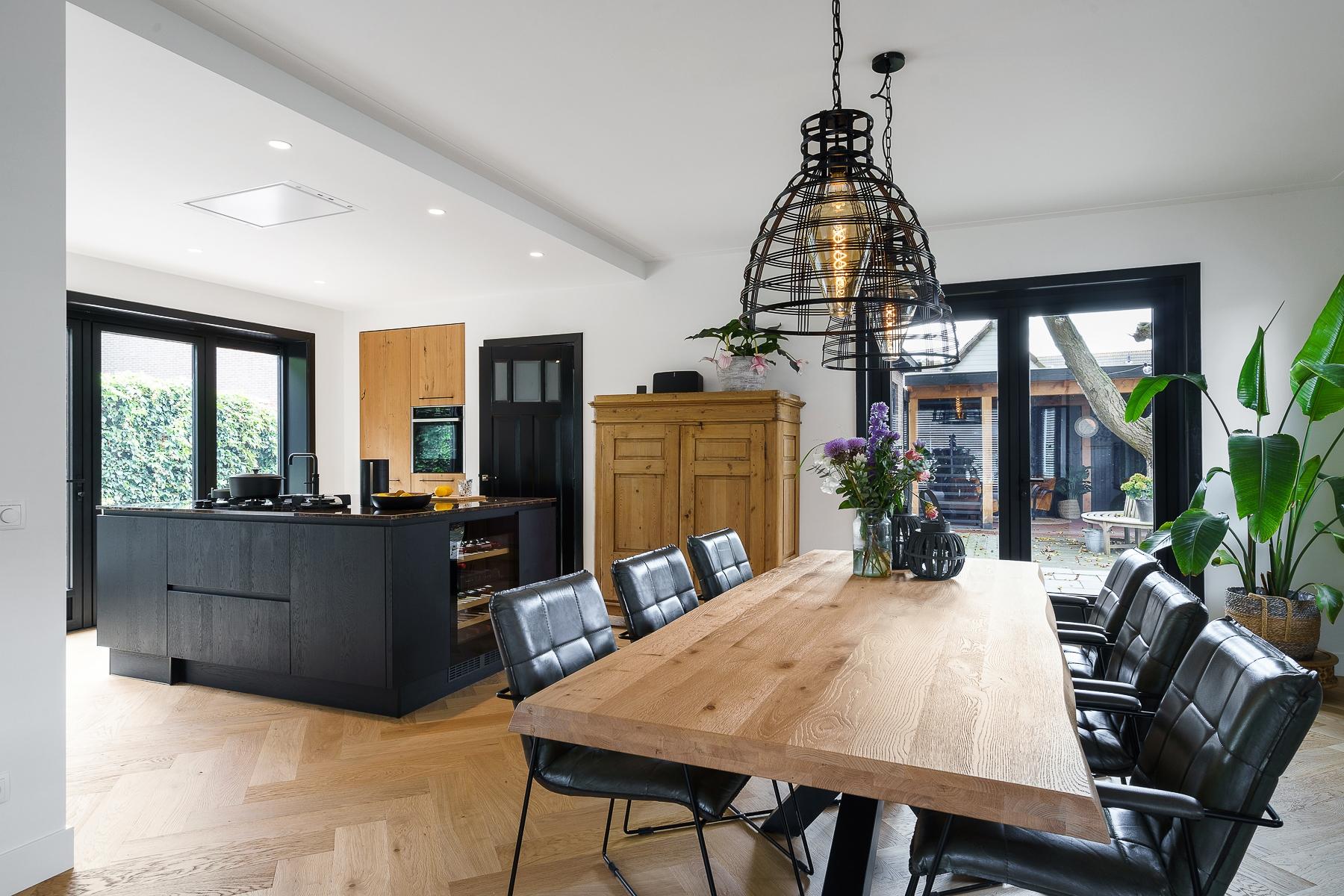 Moderne keuken met warme sfeer